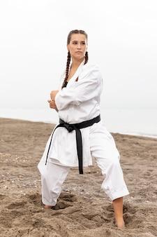 Trening modelki w stroju karate