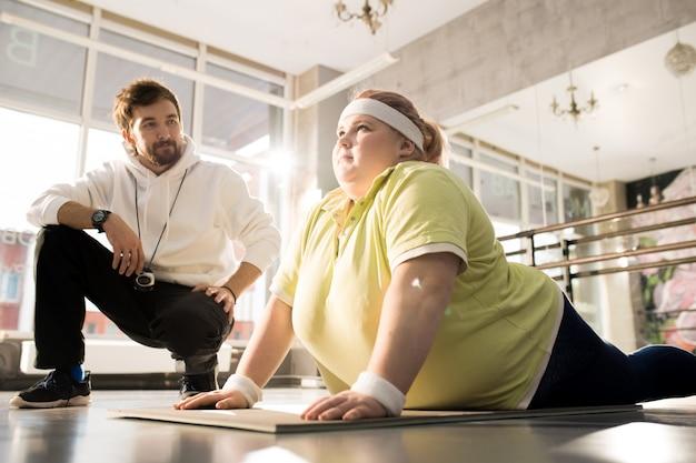 Trening odchudzania otyłej kobiety z trenerem