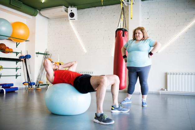 Trening otyłej kobiety z trenerem