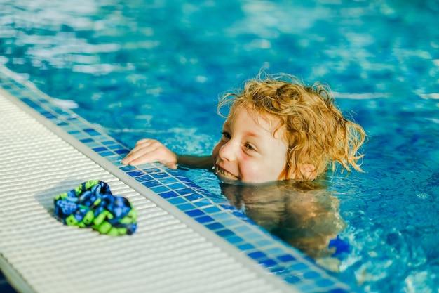 Trening pływania malucha w basenie