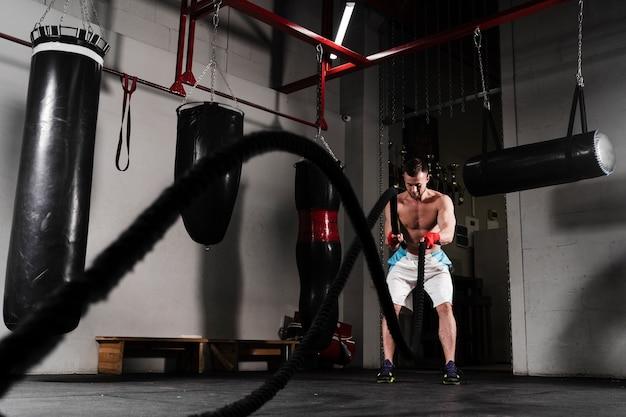 Trening silnego mężczyzny do dalekich zawodów bokserskich