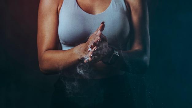 Trening siłowy kobiety, aby uzyskać mocną i seksowną tapetę na ciało