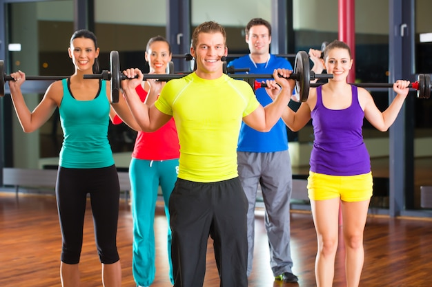 Trening siłowy na siłowni z hantlami