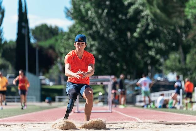 Trening sportowca niepełnosprawny mężczyzna z protezą nogi. pojęcie sportu niepełnosprawnych