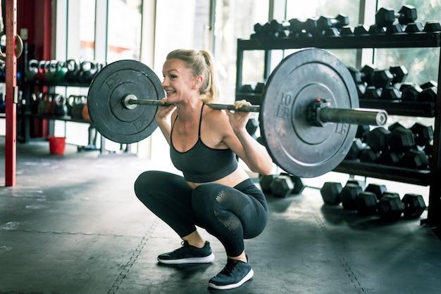 Trening sportowca w siłowni cross-fit