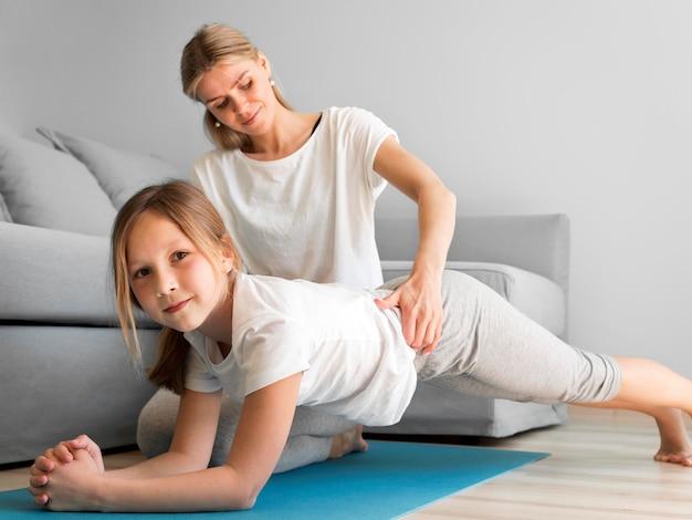 Trening sportowy matki i dziewczynki