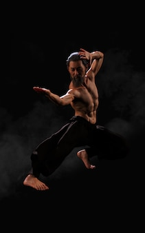 Trening sportowy sztuk walki człowieka ze ścieżką przycinającą
