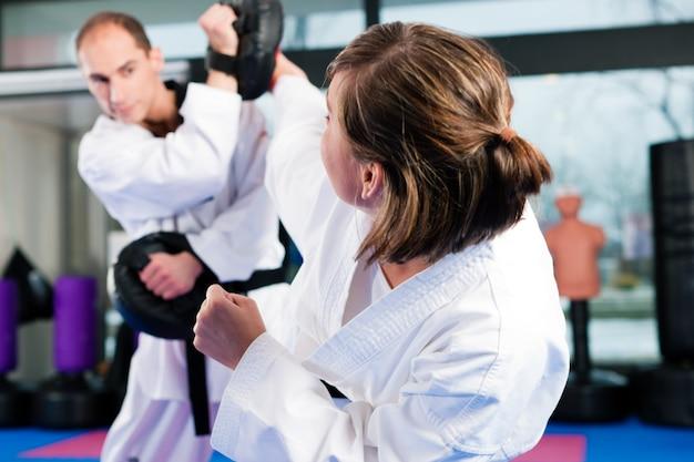 Trening sportowy sztuk walki w siłowni