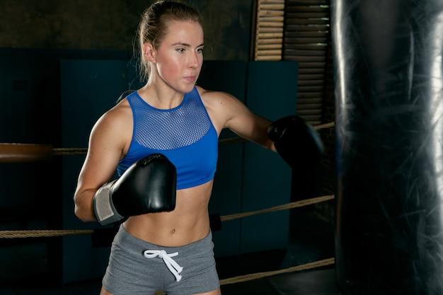 Trening sportsmenki z workiem treningowym
