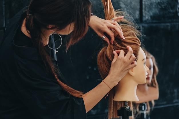 Trening stylizacji włosów na manekinie