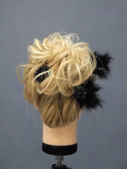 Trening stylizacji włosów na manekinie.