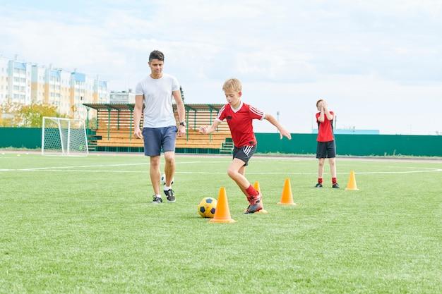Trening trenera drużyny piłkarskiej