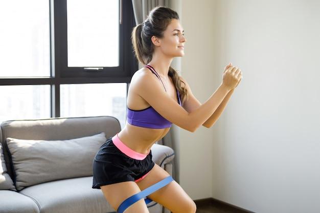 Trening w domu z gumową opaską oporową