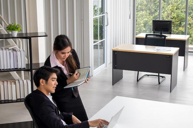 Trening wykonawczy firmy młody asystent osobistego sekretarza, kierownik zespołu lub kierownik wyższego szczebla wyjaśniający obowiązki zawodowe młodszemu