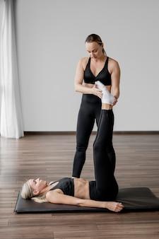 Trening z ćwiczeniami nóg trenera osobistego