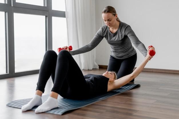 Trening z ćwiczeniami ramion trenera osobistego