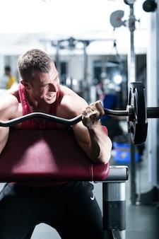 Trening z hantlami w siłowni