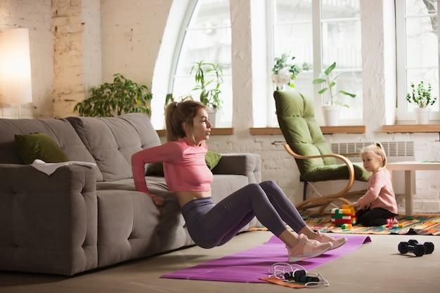 Trening z sofą. młoda kobieta pracuje w domu