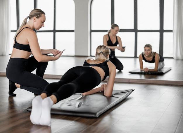 Trening z trenerem personalnym na siłowni