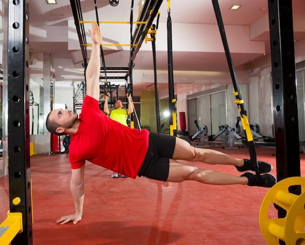 Treningi fitness trx na siłowni kobieta i mężczyzna