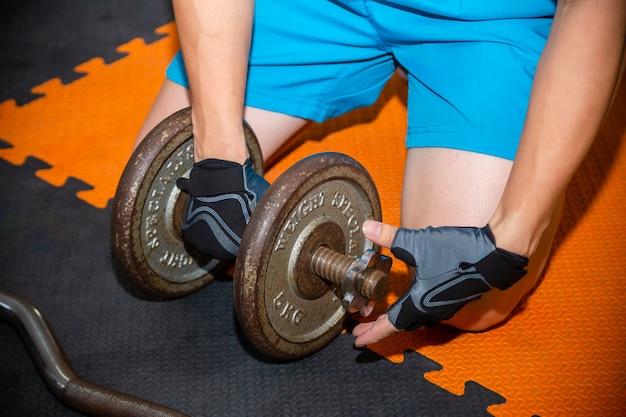 Treningi młodego człowieka na siłowni fitness