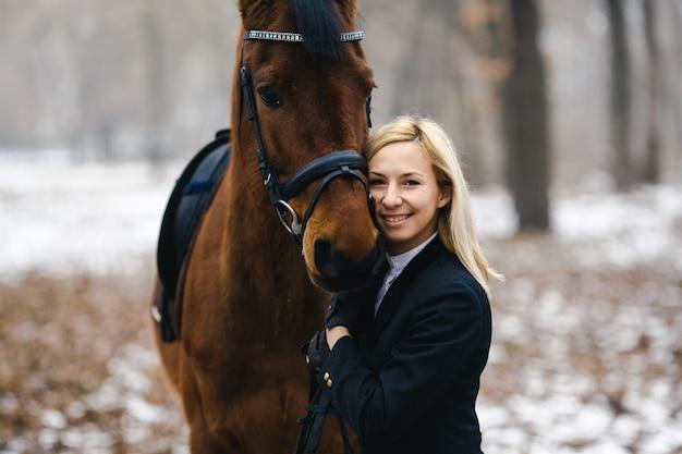 Treść kobiety i konia zimą