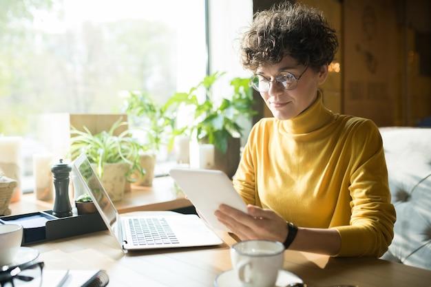 Treść kręcone włosy freelancer analizuje informacje online