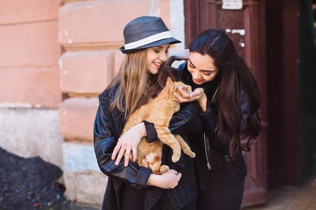 Treści kobiet grających z kotem