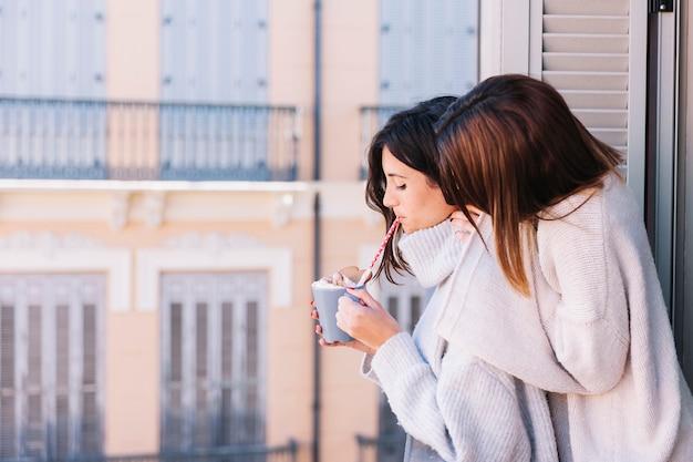 Treści obejmujące kobiety rano na balkonie