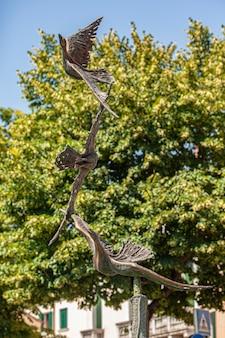 Treviso, włochy 13 sierpnia 2020: posąg ptaka w treviso we włoszech