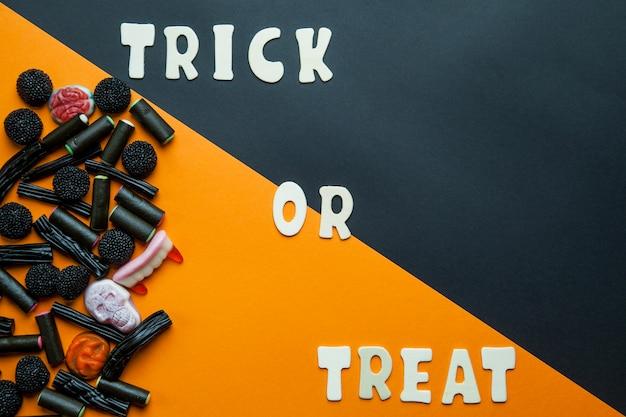 Trick lub traktuj pisanie i czarne cukierki