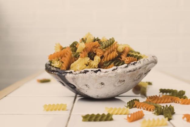Tricolor fisill ipasta w artystycznej misce ceramicznej
