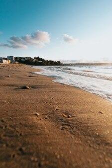 Trochę pływów z bąbelkami na plaży w mieście podczas super kolorowego słońca
