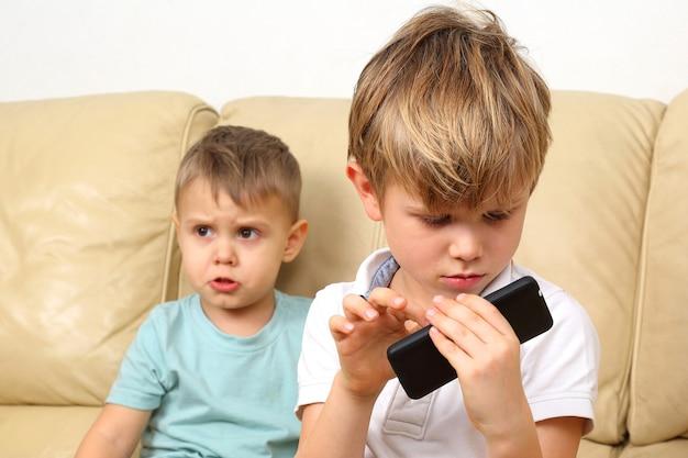 Trochę się obraził, że brat nie dał smartfona