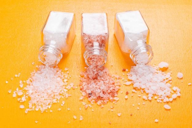 Trochę soli morskiej z solą himalajską wydobywającą się z solniczki