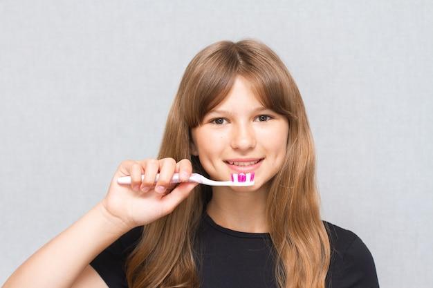 Trochę uśmiechnięta dziewczynka słodkie dziecko szczotkuje zęby