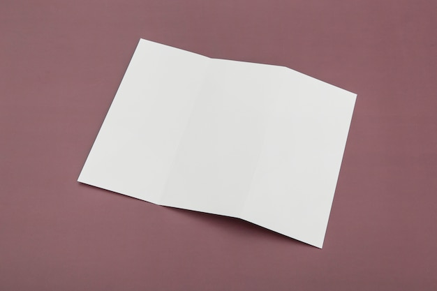 Trójdzielna broszura na biurku
