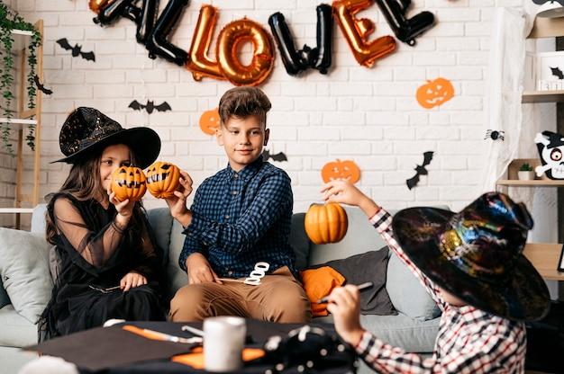 Troje dzieci na imprezie z okazji halloween