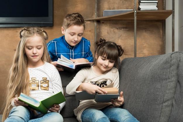 Troje dzieciaków czytających