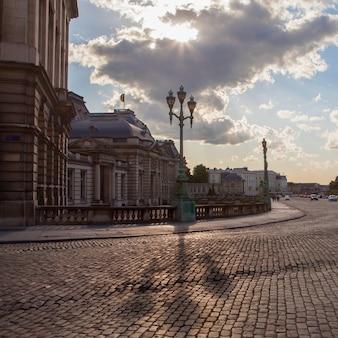 Trójgłowe lampy i miedziana ulica w miejscu royale, bruxelles, belgia