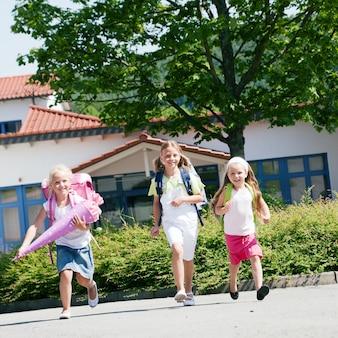 Trójka uczniów dobrze się bawi