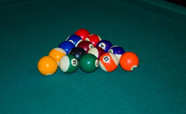 Trójkąt kul bilardowych na stole do gry