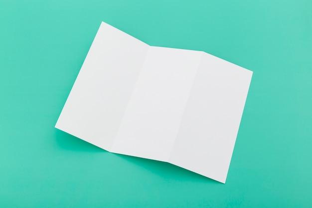 Trójkątna broszura na biurku w widoku z góry