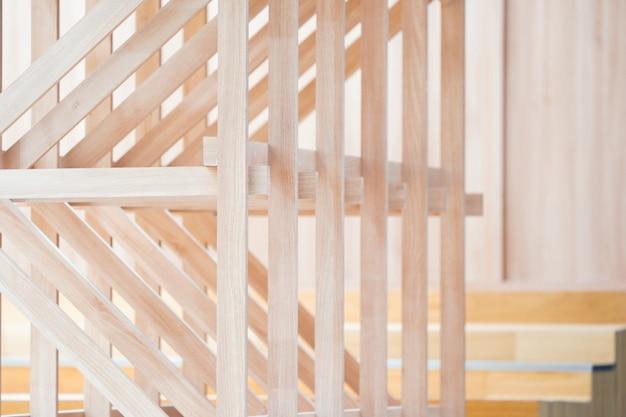 Trójkątne drewno i słupek wewnątrz budynku będą ozdobą stoiska eventowego.