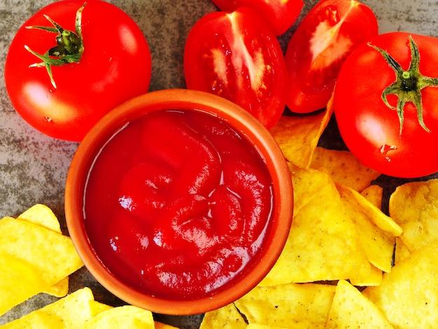 Trójkątne żółte frytki i czerwony sos z pomidorami