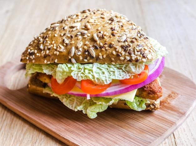 Trójkątny hamburger pełnoziarnisty