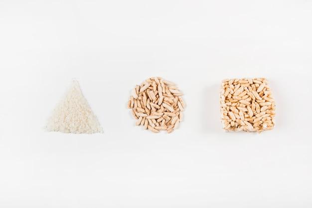 Trójkątny; okrąg i kwadratowy kształt wykonane z dmuchanego ryżu na białym tle