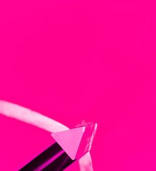 Trójkątny różowy kształt na kolorowym tle