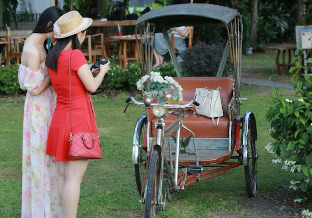 Trójkołowiec z kobietami, chiang mai, tajlandia