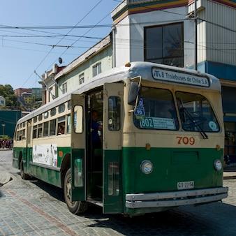 Trolejbusowy autobus na ulicy, valparaiso, chile